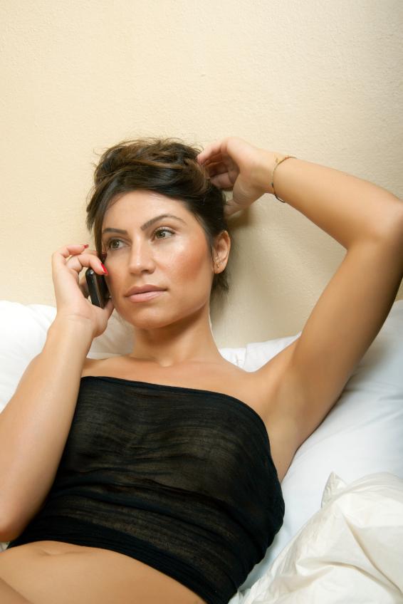 snygg kvinna i telefon chatt